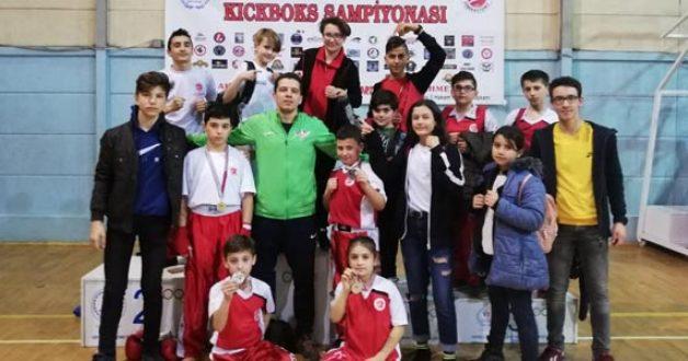 Zaferspor Kick Boks Takımı, İzmir'den 8 Madalya İle Döndü